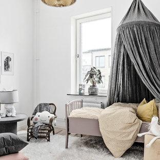 Inspiration för ett minimalistiskt barnrum kombinerat med sovrum, med vita väggar, ljust trägolv och beiget golv