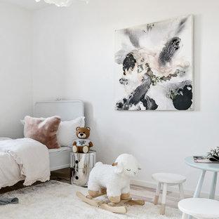 Idéer för att renovera ett nordiskt barnrum kombinerat med sovrum, med vita väggar