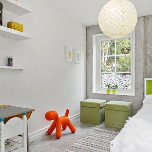 Idéer för ett mellanstort nordiskt pojkrum kombinerat med sovrum och för 4-10-åringar, med grå väggar och betonggolv