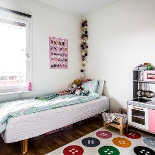 Idéer för minimalistiska flickrum kombinerat med sovrum och för 4-10-åringar, med vita väggar, mörkt trägolv och brunt golv