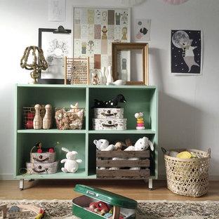 Ispirazione per una cameretta per bambini da 4 a 10 anni stile shabby di medie dimensioni con pareti bianche e parquet chiaro