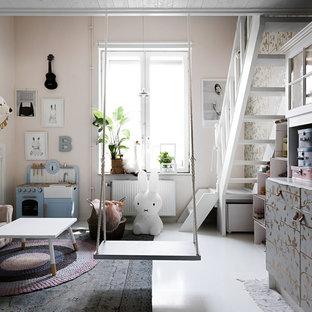 Nordisk inredning av ett barnrum, med rosa väggar och vitt golv