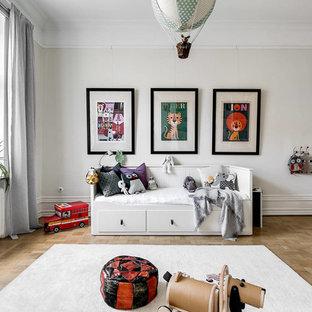Idéer för ett stort skandinaviskt könsneutralt småbarnsrum kombinerat med lekrum, med beige väggar, ljust trägolv och beiget golv