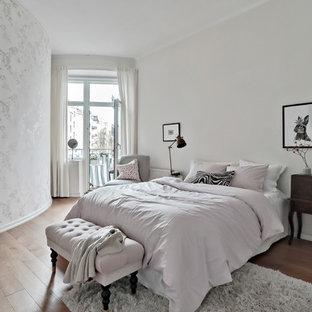 Idéer för att renovera ett stort skandinaviskt barnrum kombinerat med sovrum, med vita väggar, mellanmörkt trägolv och brunt golv