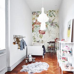 Idéer för att renovera ett mellanstort vintage flickrum för 4-10-åringar och kombinerat med sovrum, med vita väggar och mellanmörkt trägolv