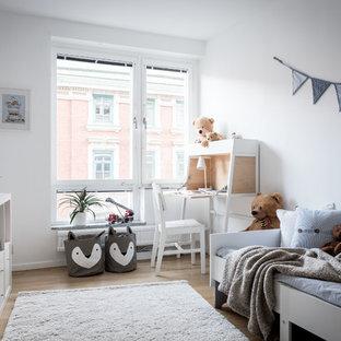 Idéer för nordiska könsneutrala barnrum kombinerat med sovrum, med vita väggar, ljust trägolv och beiget golv