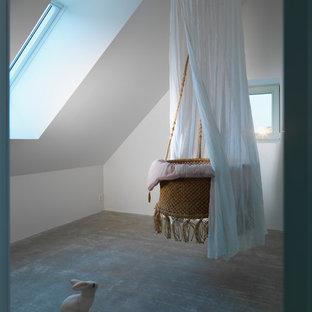 Inspiration för ett funkis barnrum kombinerat med sovrum, med vita väggar och betonggolv