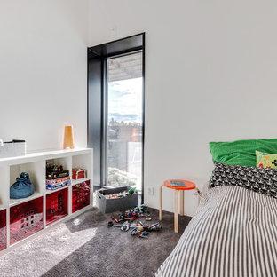 Idéer för att renovera ett litet eklektiskt pojkrum kombinerat med sovrum och för 4-10-åringar, med vita väggar, heltäckningsmatta och grått golv