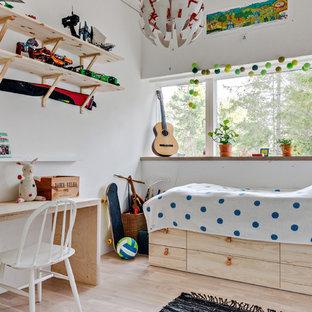 Exempel på ett mellanstort minimalistiskt pojkrum kombinerat med sovrum och för 4-10-åringar, med vita väggar, ljust trägolv och beiget golv