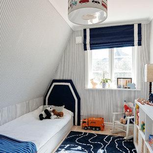 Idéer för mellanstora minimalistiska pojkrum, med flerfärgade väggar och ljust trägolv