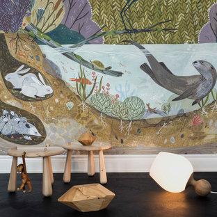 Idéer för ett mellanstort minimalistiskt könsneutralt barnrum kombinerat med lekrum och för 4-10-åringar, med flerfärgade väggar, mörkt trägolv och svart golv