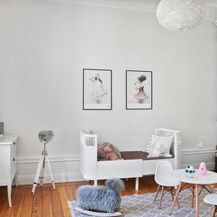 Стильный дизайн: детская в викторианском стиле с спальным местом, белыми стенами, паркетным полом среднего тона и оранжевым полом для ребенка от 1 до 3 лет, девочки - последний тренд