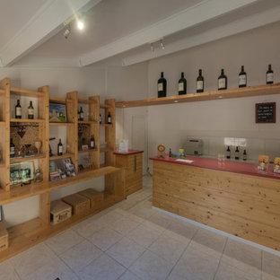 ボルドーの中くらいのカントリー風おしゃれなウェット バー (オープンシェルフ、淡色木目調キャビネット、赤いキッチンカウンター) の写真