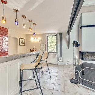 Foto di un grande bancone bar minimal con lavello integrato, ante in legno chiaro, paraspruzzi rosso, paraspruzzi con piastrelle in terracotta, pavimento con piastrelle in ceramica e pavimento beige