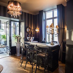 Inspiration pour un bar de salon traditionnel de taille moyenne avec des tabourets, un plan de travail en marbre et un plan de travail gris.