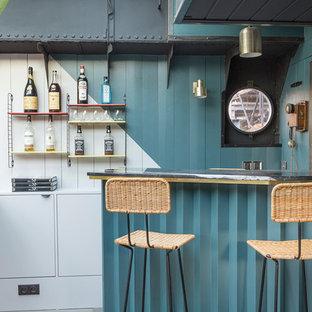 Idée de décoration pour un bar de salon marin avec des tabourets, un placard à porte plane et des portes de placard blanches.