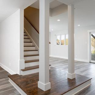 Idées déco pour un grand sous-sol classique donnant sur l'extérieur avec un bar de salon, un mur gris, un sol en vinyl et un sol gris.