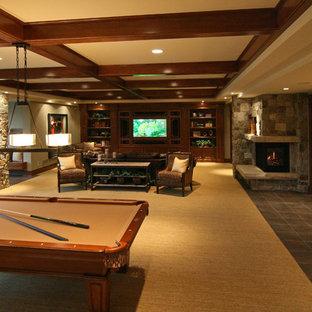 Idée de décoration pour un sous-sol tradition avec une cheminée standard et un sol multicolore.