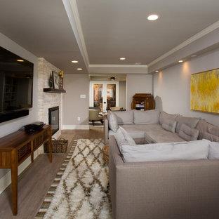 Cette image montre un petit sous-sol donnant sur l'extérieur avec un mur gris, une cheminée standard et un manteau de cheminée en pierre.