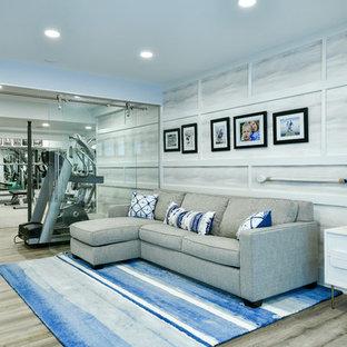 Cette photo montre un grand sous-sol tendance donnant sur l'extérieur avec un mur gris, un sol en vinyl, aucune cheminée et un sol beige.