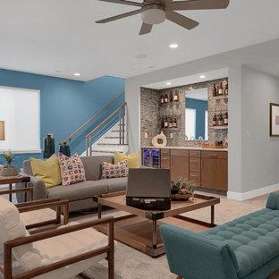 Aménagement d'un grand sous-sol contemporain semi-enterré avec un bar de salon, moquette, un sol beige et un mur bleu.