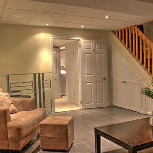 Idée de décoration pour un sous-sol design de taille moyenne et enterré avec un mur beige, un sol en carrelage de céramique et aucune cheminée.