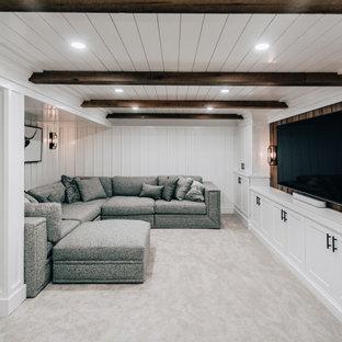 Cette image montre un sous-sol rustique enterré et de taille moyenne avec un bar de salon, un mur blanc, moquette, un sol gris, un plafond en bois et du lambris.