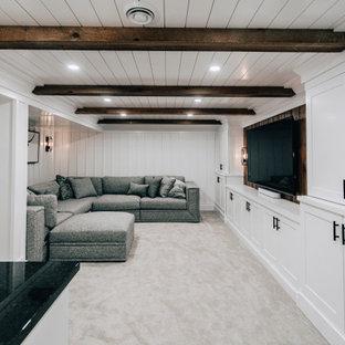 Exemple d'un sous-sol nature enterré et de taille moyenne avec un bar de salon, un mur blanc, moquette, un sol gris, un plafond en bois et du lambris.