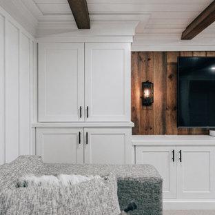 Idées déco pour un sous-sol campagne enterré et de taille moyenne avec un bar de salon, un mur blanc, moquette, un sol gris, un plafond en bois et du lambris.