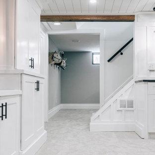 Cette photo montre un sous-sol nature enterré et de taille moyenne avec un bar de salon, un mur blanc, moquette, un sol gris, un plafond en bois et du lambris.