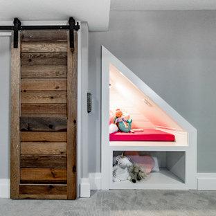 Réalisation d'un sous-sol champêtre enterré et de taille moyenne avec un bar de salon, un mur blanc, moquette, un sol gris, un plafond en bois et du lambris.