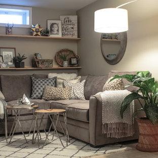 Exemple d'un sous-sol nature de taille moyenne avec un mur beige, moquette et un sol blanc.