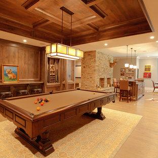 Diseño de sótano con ventanas tradicional con paredes beige, suelo de madera clara y suelo beige