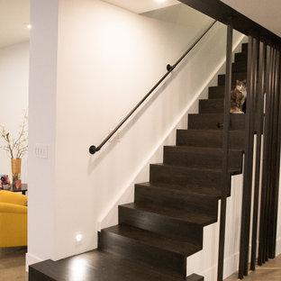 Idées déco pour un grand sous-sol moderne enterré avec un mur blanc, béton au sol, aucune cheminée et un sol gris.