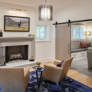 Idée de décoration pour un sous-sol champêtre semi-enterré avec un mur blanc, un sol en bois clair et une cheminée standard.