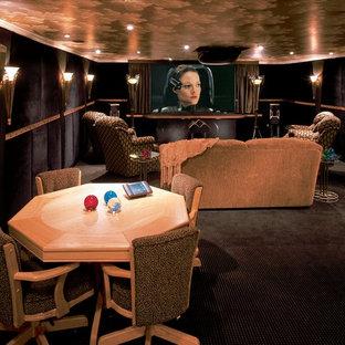 Inspiration pour un grand sous-sol design enterré avec un mur noir, moquette, aucune cheminée, un sol marron et salle de cinéma.