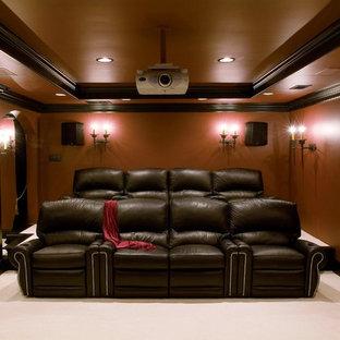 Exemple d'un sous-sol chic enterré et de taille moyenne avec un mur rouge, moquette, aucune cheminée, un sol beige et salle de cinéma.