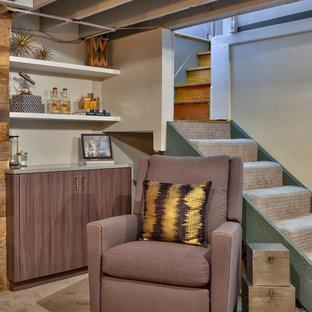 Idée de décoration pour un petit sous-sol chalet semi-enterré avec un mur gris et moquette.