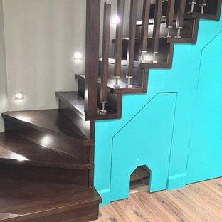 Idée de décoration pour un sous-sol minimaliste semi-enterré et de taille moyenne avec un mur gris, un sol en vinyl, une cheminée ribbon et un manteau de cheminée en carrelage.