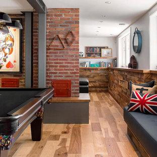 Idées déco pour un sous-sol industriel semi-enterré avec salle de jeu, un mur blanc et un sol en bois brun.