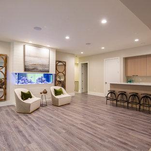 Inspiration pour un sous-sol rustique donnant sur l'extérieur avec un mur beige et un sol en vinyl.