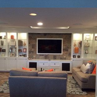 Réalisation d'un sous-sol design de taille moyenne avec un sol en bois brun, aucune cheminée, un sol marron et un mur marron.