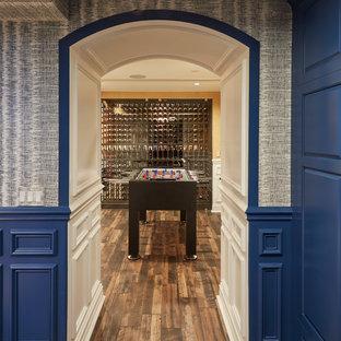 Cette photo montre un grand sous-sol chic donnant sur l'extérieur avec un mur bleu, un sol en carrelage de porcelaine, aucune cheminée et un sol marron.
