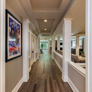 Exemple d'un très grand sous-sol chic donnant sur l'extérieur avec un sol en bois brun et un sol gris.