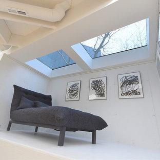 Idées déco pour un très grand sous-sol contemporain enterré avec un mur blanc, un sol en bois clair, une cheminée d'angle, un manteau de cheminée en carrelage et un sol marron.