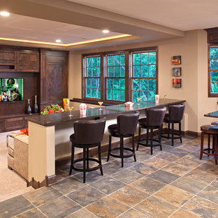 Aménagement d'un grand sous-sol classique donnant sur l'extérieur avec un mur beige, moquette et un sol multicolore.