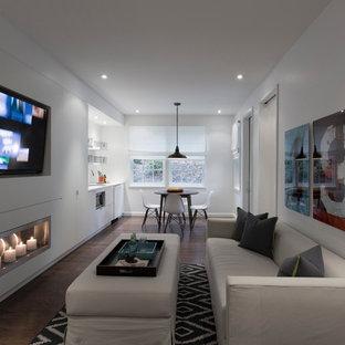 Idées déco pour un sous-sol contemporain semi-enterré avec un mur blanc, une cheminée ribbon et un sol en bois foncé.