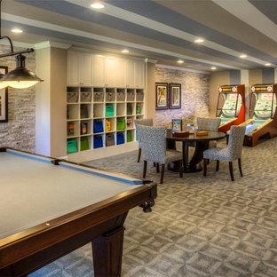 Cette photo montre un sous-sol tendance enterré avec un mur multicolore, moquette, aucune cheminée et salle de jeu.