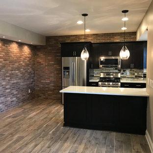 Cette image montre un grand sous-sol traditionnel donnant sur l'extérieur avec un mur gris, un sol en carrelage de porcelaine, une cheminée standard, un manteau de cheminée en pierre de parement et un sol beige.