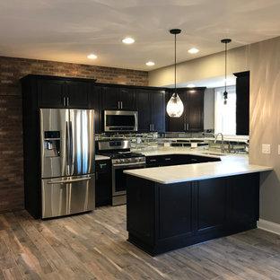 Inspiration pour un grand sous-sol traditionnel donnant sur l'extérieur avec un mur gris, un sol en carrelage de porcelaine, une cheminée standard, un sol beige et un manteau de cheminée en pierre de parement.